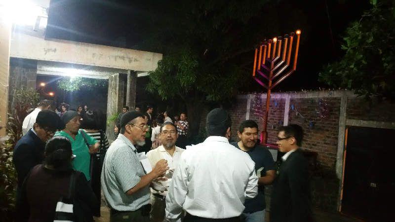 Photos et vidéos insolites de descendants de Juifs allumant les lumières de Hanouka