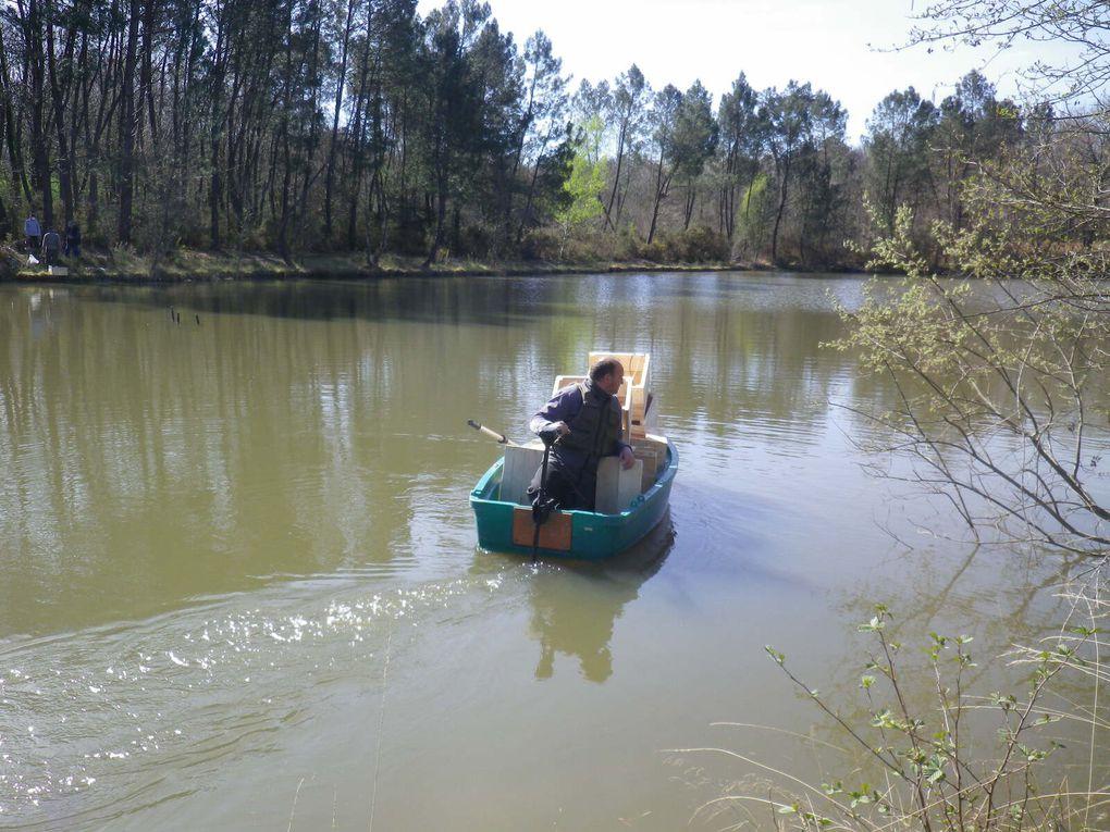 La mise en place dans l'eau des frayères avec les bénévoles au bord pour la logistique.