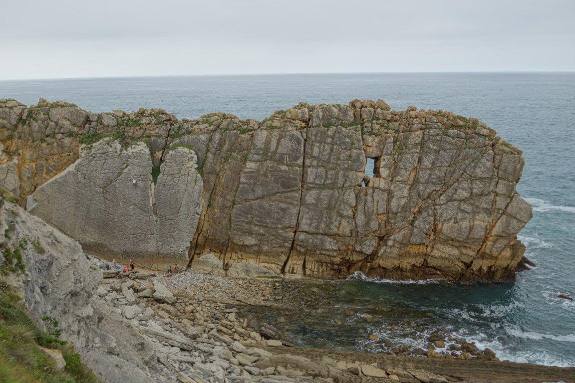 lames parallèles de rocher et site de couennes juste à l'ouest, au-dessus des anémones