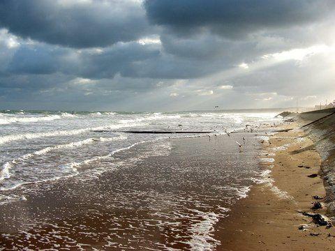 Photos : Omaha Beach et ses étendues de sable, Omaha Beach sous ciel d'orage et la plage vue du côté allemand