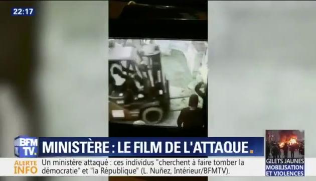 Regardez l'intégralité de l'attaque au Ministère de Benjamin Griveaux et la porte défoncée avec un engin de chantier