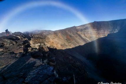 Un arc-en-ciel à l'intérieur du Cratère Dolomieu. 🇷🇪🌋