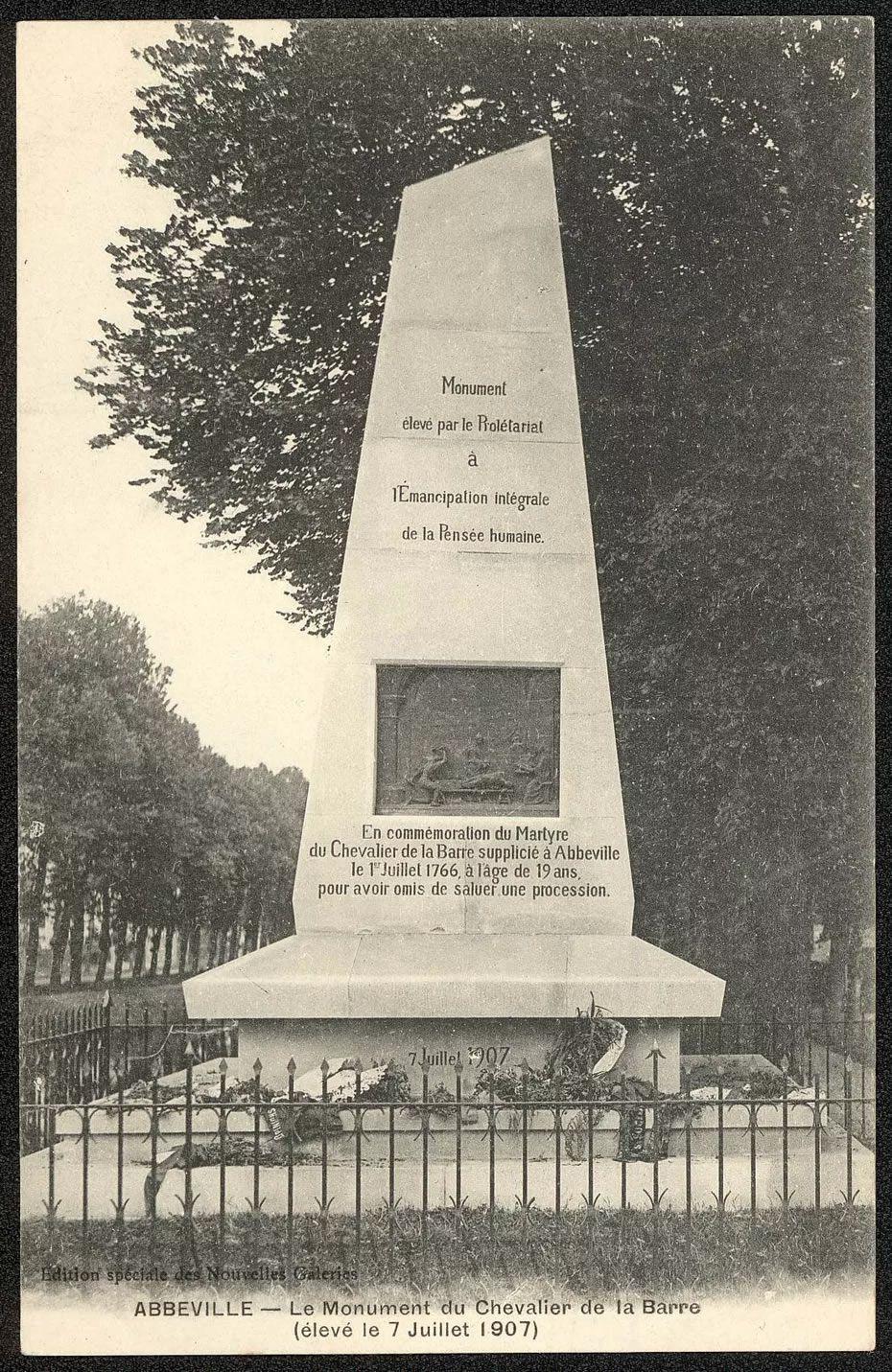 Carte postale du monument commémoratif du Chevalier de La Barre, à Abbeville. • © Archives municipales d'Abbeville