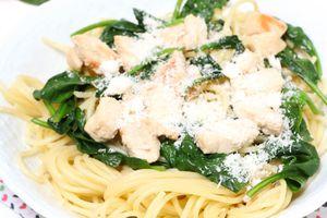 | Spaghettis au poulet grillé et épinards |