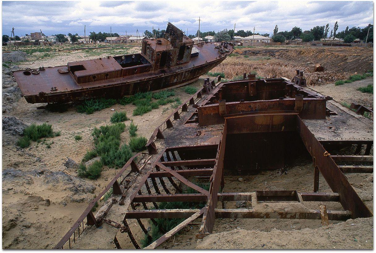 Les bateaux échoués, abandonnés, pour la plupart désossés de Moynaq.