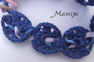 un petit bracelet bleu
