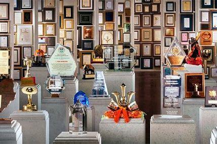 Mehr als 5000 Auszeichnungen für L. Ron Hubbard vorgestellt