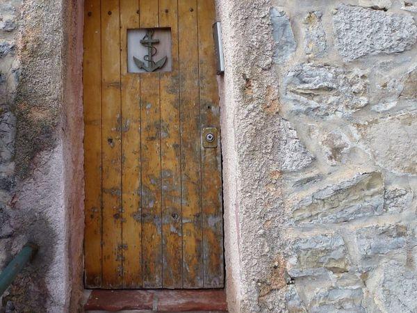 Qu'y a-t-il derrière cette porte ? Mystère...