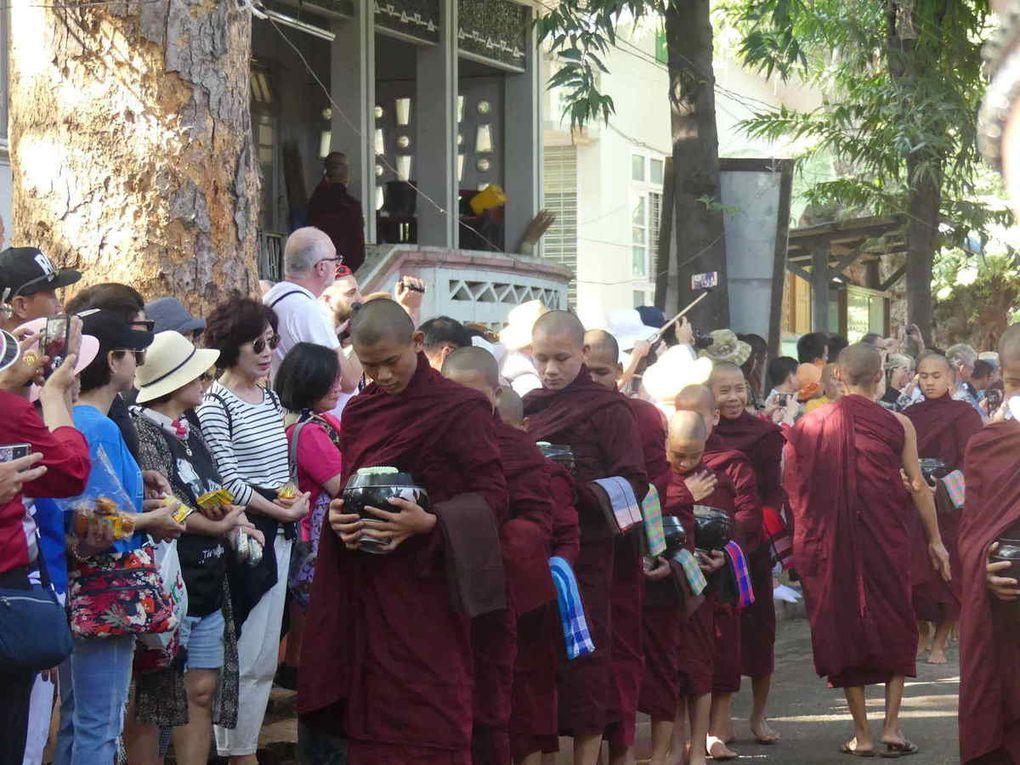 Amarapura,le monastère Mohagandayon : retour des moines avec les différentes oboles reçues lors de la quête du matin dans le village