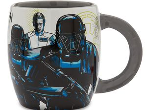Les Rebelles et les agents de l''Empire se rencontrent sur ce mug Rogue One : A Star Wars Story. Orson Krennic et trois Death Troopers sont représentés sur un côté, tandis que Jyn Erso et son équipe apparaissent de l''autre.
