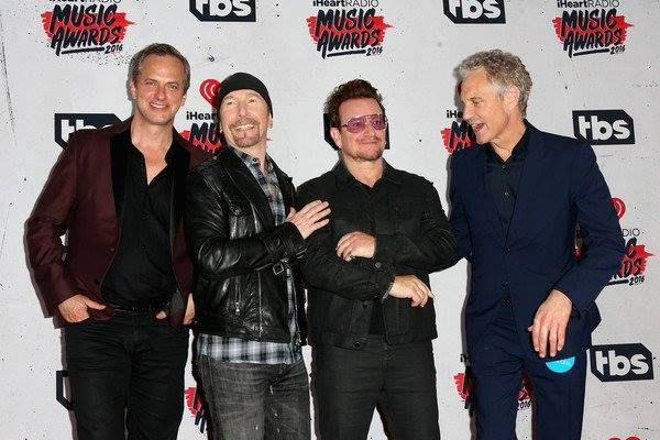 Tom Poleman, The Edge, Bono e John Skykes -