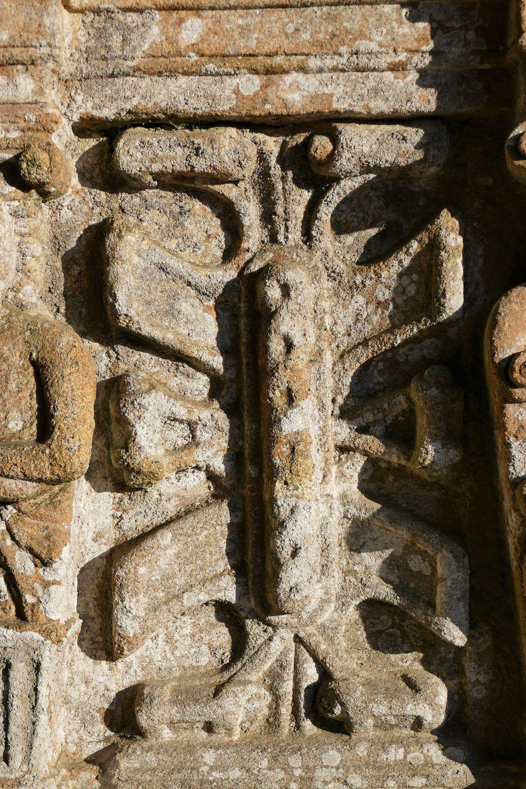 Les cartouches (granite, 1570-1601) sous les niches des Apôtres du porche sud de Bodilis. Photographie lavieb-aile 2021.