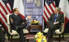 La vecchia storiella di Berlusconi e Bush