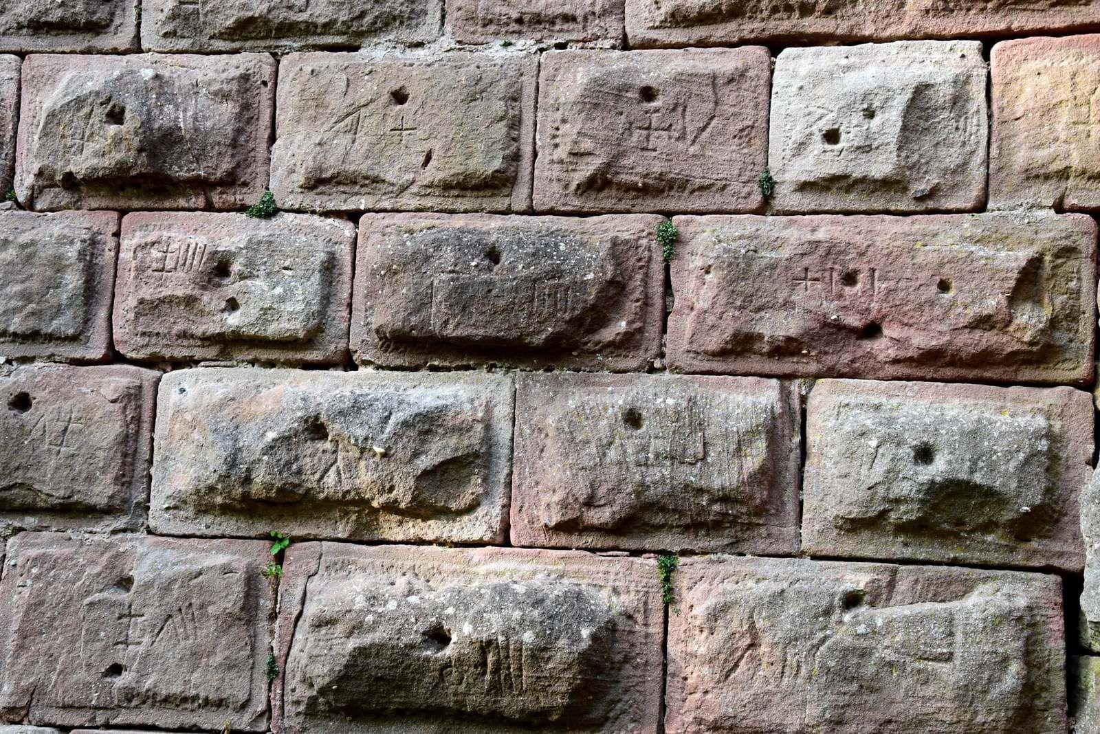 Les pierres à bossages portent d'intéressantes marques lapidaires