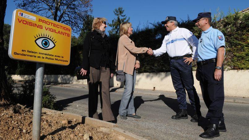Des voisins vigilants, en octobre 2009, discutent avec des représentants des forces de l'ordre de Mouans-Sartoux (Alpes-Maritimes).
