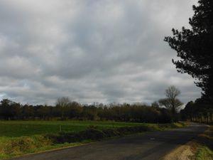 Au Vaublanc ; à Morinet ; Plouguenast ; le ciel de l'après-midi.