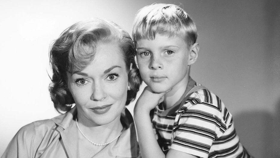 """Gloria Henry et Jay North dans le série TV """"Denis la petite peste"""" (1959-1963)"""