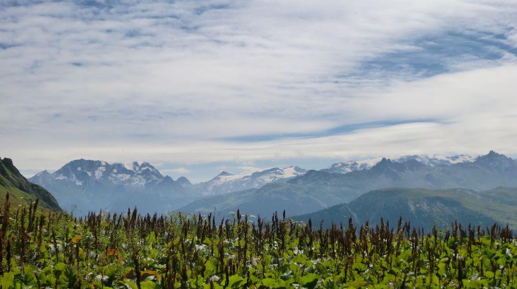 Magnifiques vues sur le massif du  Crève Tête, le massif de la Lauzière et la chaîne montagneuse au dessus de la vallée de Val Thorens.