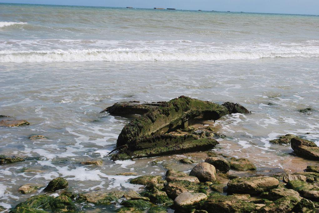 crédit photos : alain CHAUSSADE -la pointe du Hoc,d'un autre point de vue, Arromanche, débris des caissons du port artificiel au pied de la falaise