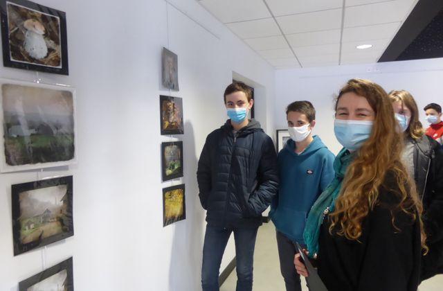 Les collégiens face à des artistes locales