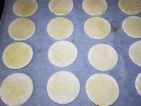 1 - Décortiquer les gambas et ôter le boyau. Aplatir les tranches de pain de mie avec un rouleau à pâtisserie. Tailler des disques avec un emporte-pièces rond dans le pain de mie. Les déposer sur une plaque de cuisson allant au four recouverte d'une feuille de papier sulfurisé. Eplucher et dégermer l'ail et le hacher finement. Le verser dans un récipient contenant un fond d'huile d'olive et assaisonner avec du sel. Badigeonner les disques de pain de mie d'huile avec un pinceau.