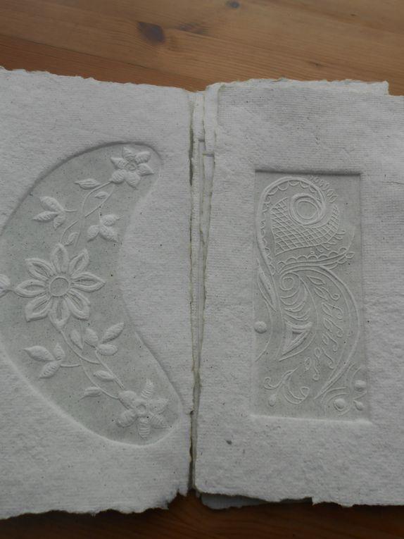 broderie incluse et linogravures dans du papier de chanvre