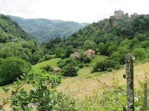 L'église vue du chemin d'accès...en descendant du village