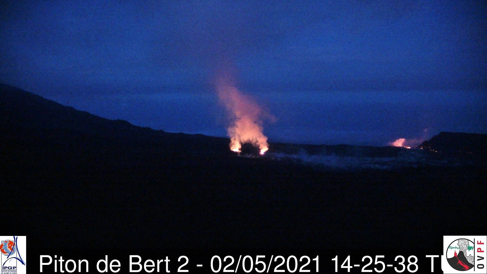 Piton de La Fournaise - 02.05.2021 / 14:25 UT - Activity at the level of the two eruptive cones and the flow front at the level of the Grandes Pentes broken - webcam Piton de Bert 2 / OVPF