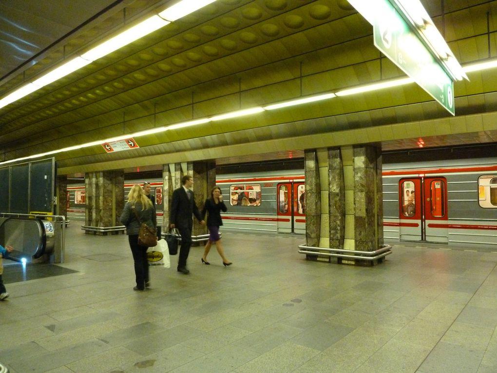 Prague bénéficie de trois lignes mises en services à la fin des années 70, il est propre et moderne. Les billets sont vendus, soit par zone ou par temps de parcours. Nous nous arrêtons à la station Malostranská, et nous finissons le trajet à pieds.