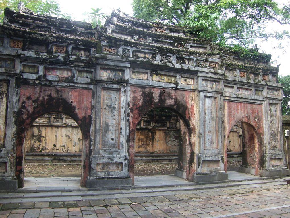 Diverses photos de la cité impériale : le palais de l'harmonie suprême, le théâtre royal ; la bibliothèque royale, la cité pourpre interdite, la salle des mandarins etc...: