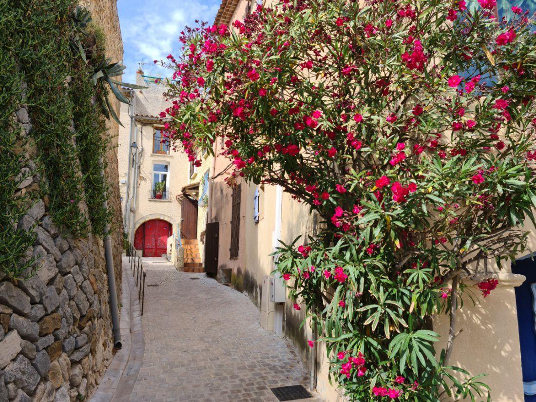 Petit village médiéval perché au bord de sa falaise