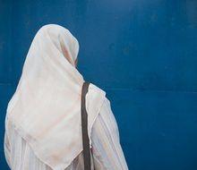 Des femmes refusées d'une brocante et d'une terrasse parce qu'elles portent le voile