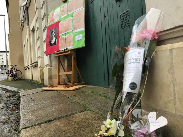 De nombreuses fleurs ont été déposées en mémoire d'Hélène-Georgette Lévi. | CO