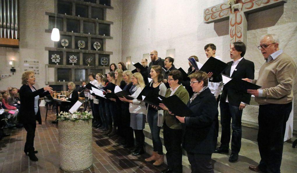 """Der Kammerchor des Projektchores beeindruckte unter der Leitung von Dorothea Völker, mit weicher und intonationssicherer Tongebung in den unterschiedlichsten Weihnachtlichen Liedern wie z.B. aus dem Alpenraum """"Lipperl, steh auf vom Schlaf"""" aus Polen """"Lulajze"""" oder  """"Es ist ein Ros entsprungen"""" von M. Praetorius, und """"Ich steh an deiner Krippen hier"""" J. S. Bach."""