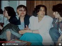 En attendant les secours... Les jeunes essaient de garder le sourire. Sur la photo de gauche, avec des lunettes, l'écrivaine Lütfiye Aydın