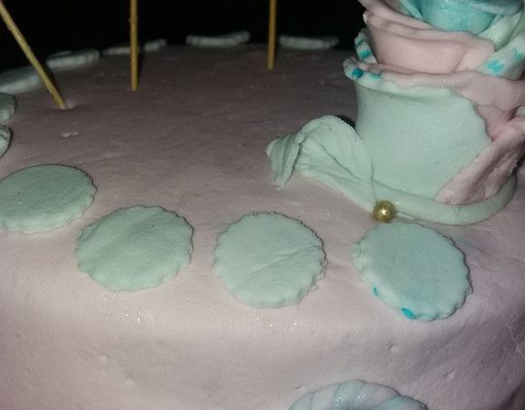 Pâte à sucre :: 1 POCHE DE CHAMALLOW + 1 C à S D'EAU +SUCRE GLACE jusu'à ce que ça ne colle plus..... ( colorant facultatif ). Vous faites chauffer au micro onde quelques secondes les chamallow et l'eau, une fois fondu, ajouter le sucre glace....