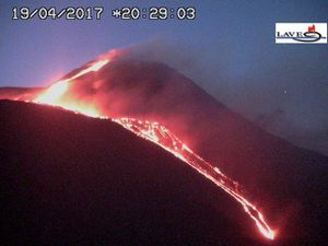 Etna - lava flow in the direction of the Valle del Bove on 19.04.2017 at 19h58 and 20h28 - webcam LAVE - one click to enlarge