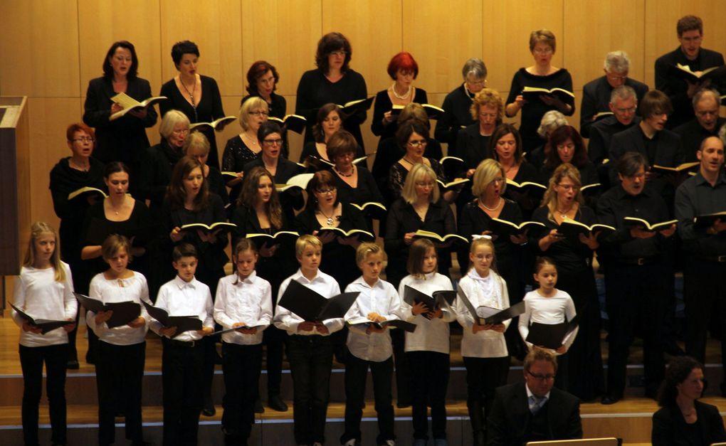 Veitshöchheimer SMSV-Projektchor feierte am 14. Oktober 15jähriges Bestehen mit Bach's H-Moll Messe im Großen Saal der Hochschule für Musik Würzburg Mitwirkende waren Susanne Pfitschler- Schmitt (Sopran), Vera Völker (Sopran), Barbara Buffy (Al