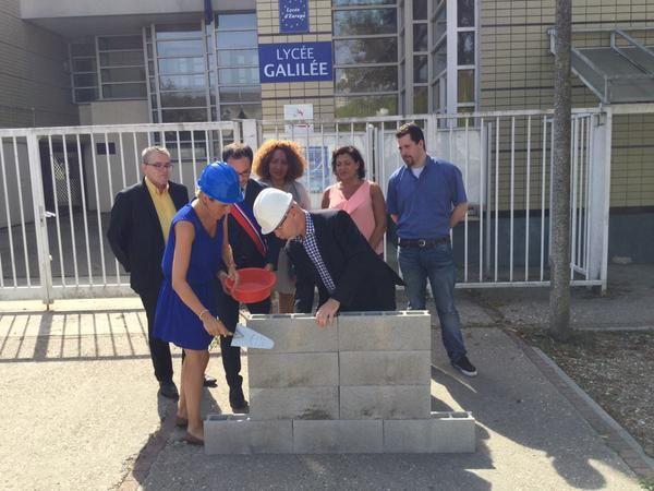 """Opération """"fausse première pierre"""" devant le lycée Galilée de Cergy"""