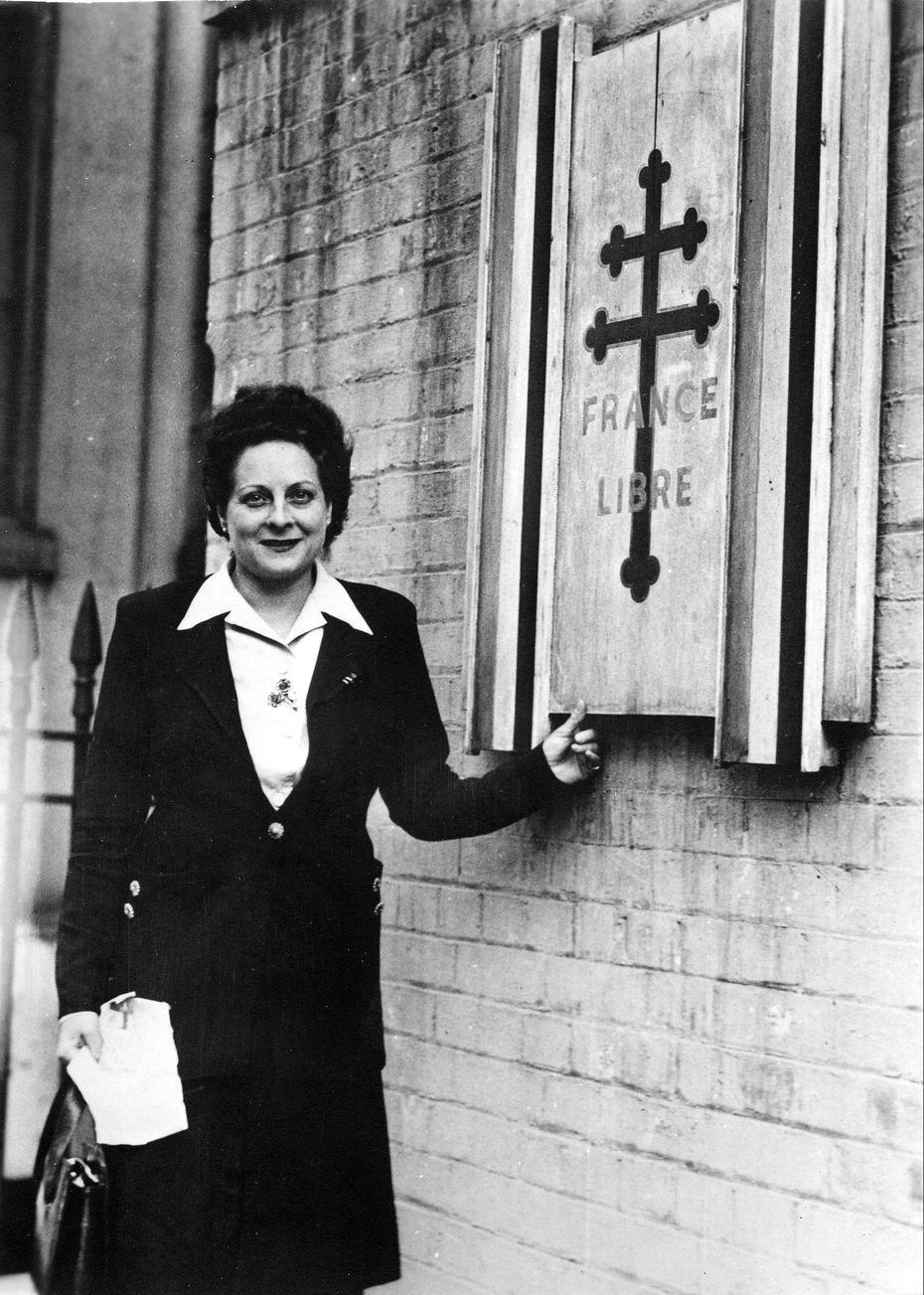 Émilienne Moreau-Évrard, devant Carlton Gardens, le siège des Forces Françaises Libres à Londres en 1944. • © Musée de l'Ordre de la Libération