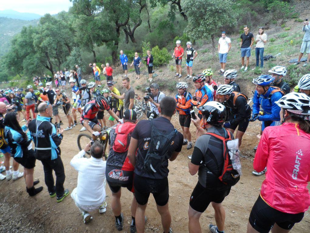 Beaucoup de spectateurs encouragent les coureurs.