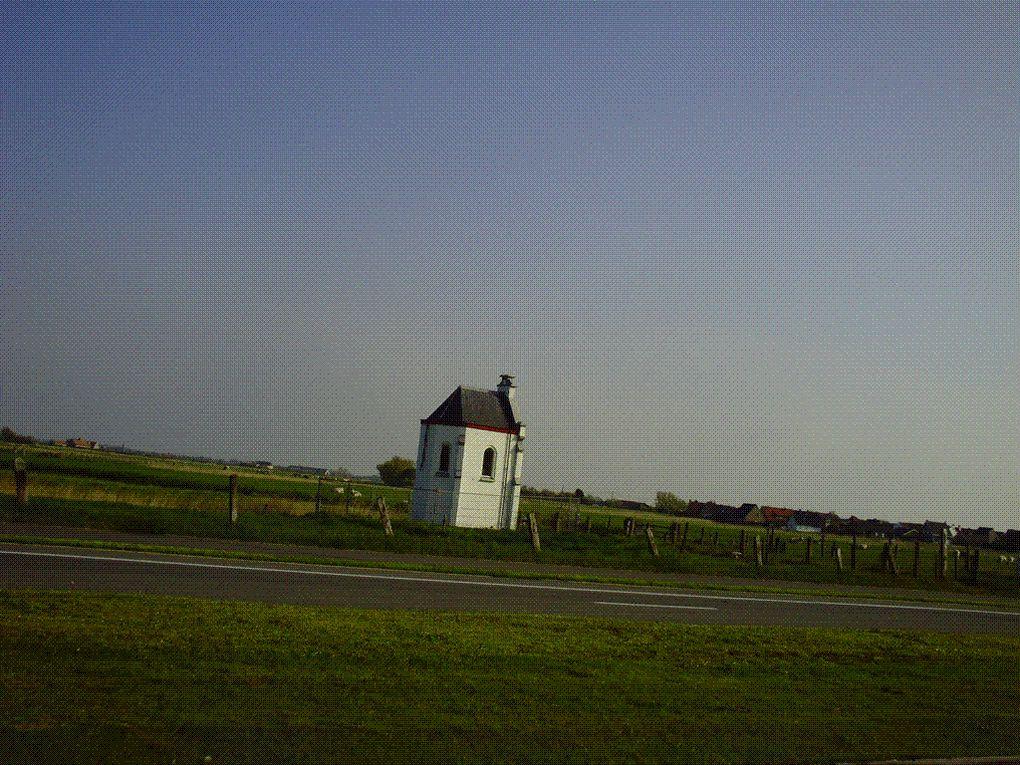 DIAPORAMA 04 PHOTOS - Les polders, on peut voir les maison disparaissent derrière les protections