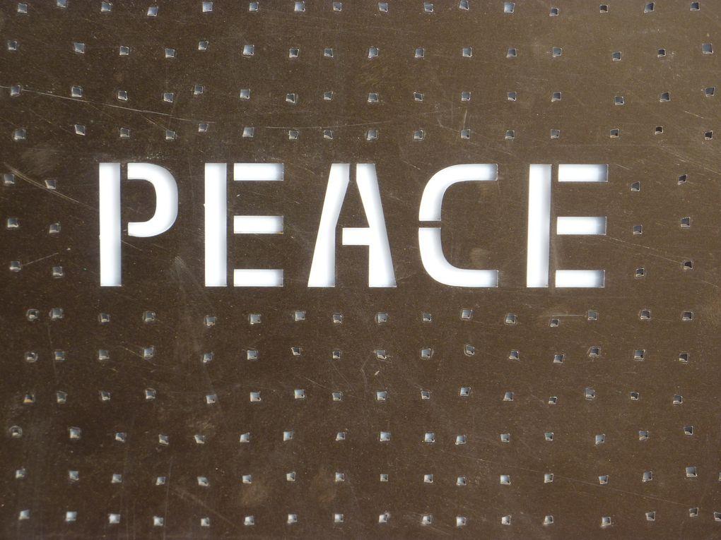 L'Anneau de la mémoire est un monument unique en son genre. 579 606 noms y sont gravés, égrénés au fil de 500 plaques d'acier présentées en cercle, entre livre ouvert et anneau mémoriel. Philippe Prost, l'architecte retenu pour la conception de ce mémorial, a réussi à concevoir une structure qui réunit la nature, le paysage, l'art et l'histoire au service de la mémoire. Et donc au service de l'avenir. Car cet Anneau de la mémoire, entre la nécropole de Notre-Dame de Lorette et la descente vers le village d'Ablain-Saint-Nazaire, porte un message fort. En présentant cette liste effarante de noms de manière alphabétique, sans distinction de nationalité, de genre, de religion ou de grade, il rassemble tous ces morts dans une forme de fraternité éternelle, un message de paix universelle. Une paix réelle mais fragile, symbolisée par ces 500 plaques de métal formant une gigantesque ellipse posée en équilibre sur un territoire autrefois bouleversé par la guerre. Source du texte : http://www.tourisme-nordpasdecalais.fr/Arts-Culture/Memoire/L-anneau-de-la-memoire-monument-de-paix