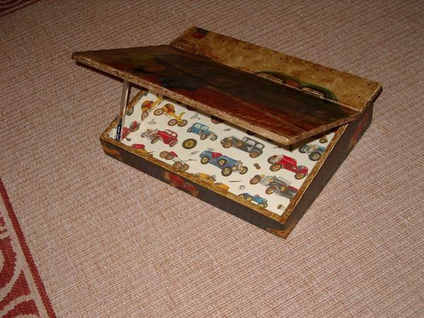 Des objets en bois, de la peinture, du déco-patch, du vernis, parfosi de la cire, des pochoirs, des idées farfelues et le résultat est toujours original.