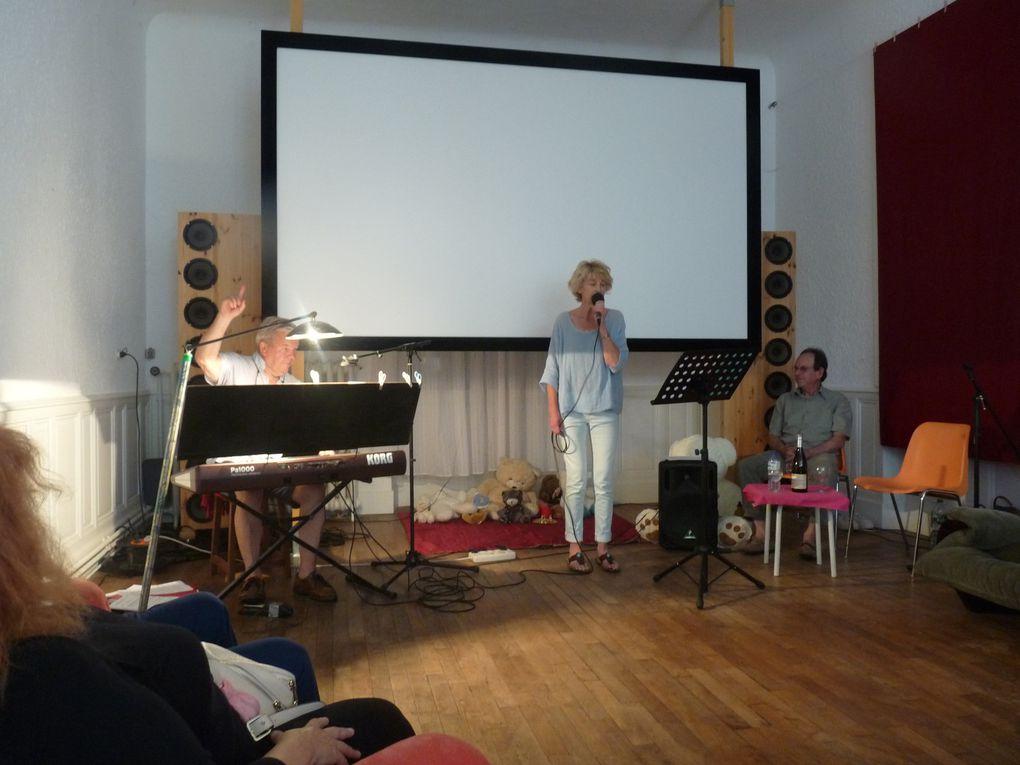 Kees au clavier et au chant, Stéphanie et Guy au chant.