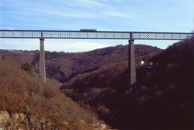 Ouverte entre Montluçon et Saint-Eloy les Mines en 1865 puis dans sa totalité en 1909, la ligne SNCF Lapeyrouse - Volvic appelée aussi ligne des Combrailles est fermée depuis le 8 décembre 2007. Les trains assurant la relation Montluçon - Clerm