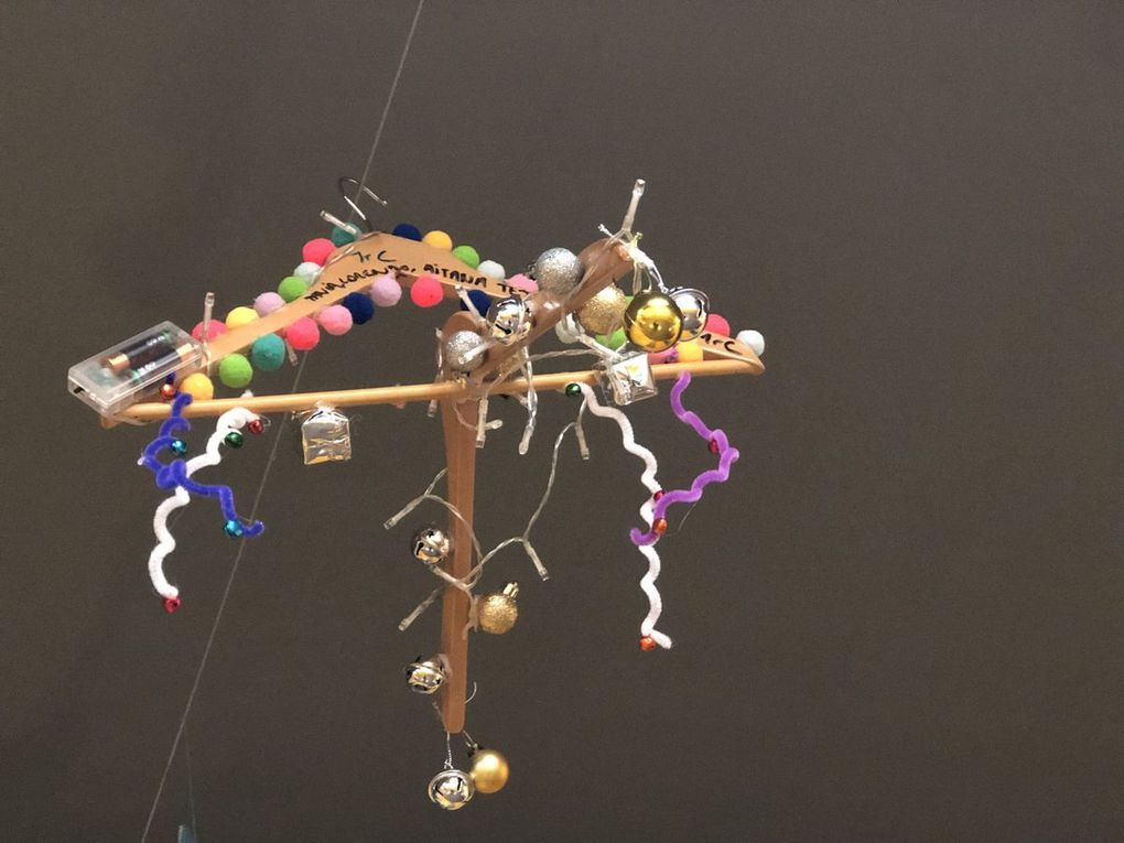 These original Christmas decorations have been made with straws, hangers, scourers, credit cards, rubber taps, coffeee capsules...