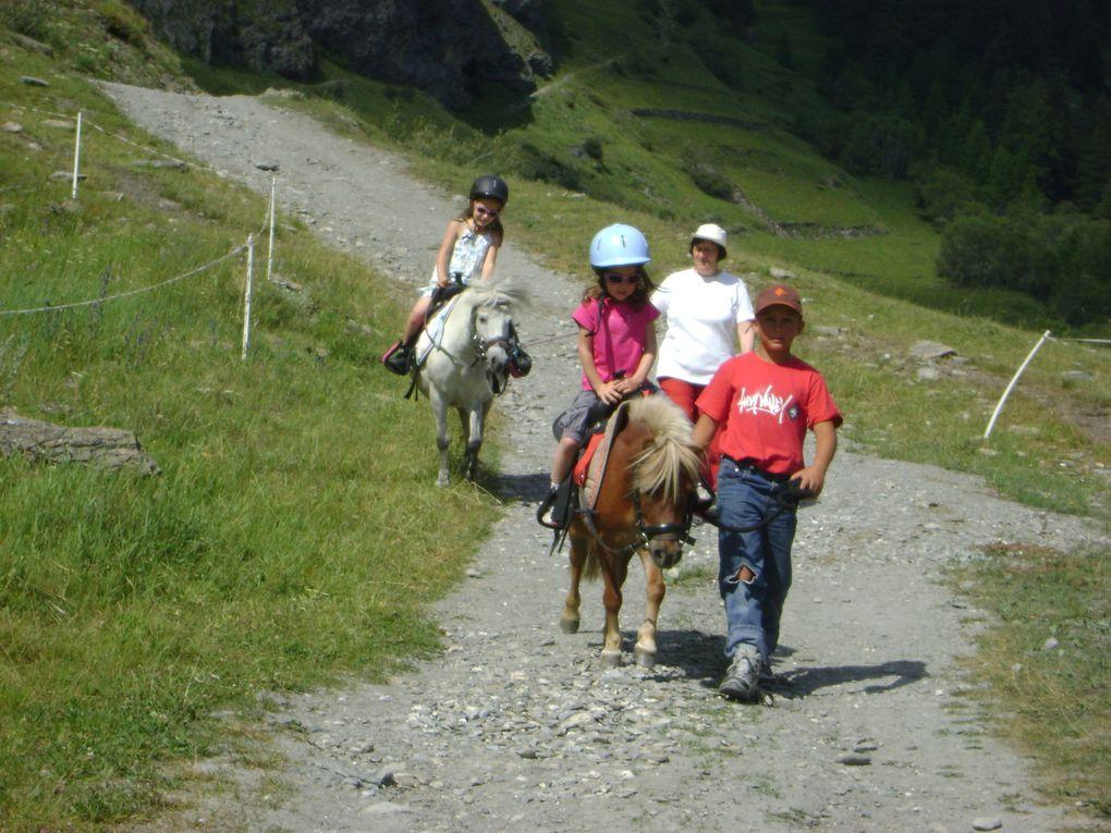 Nelly Félix propose pendant l'été des promenades à dos de poneys pour les enfants.