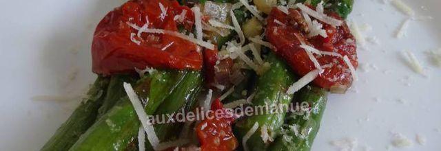 Asperges vertes poêlées aux tomates confites et parmesan
