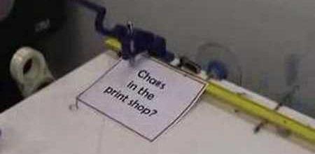 Chaos dans une imprimerie.